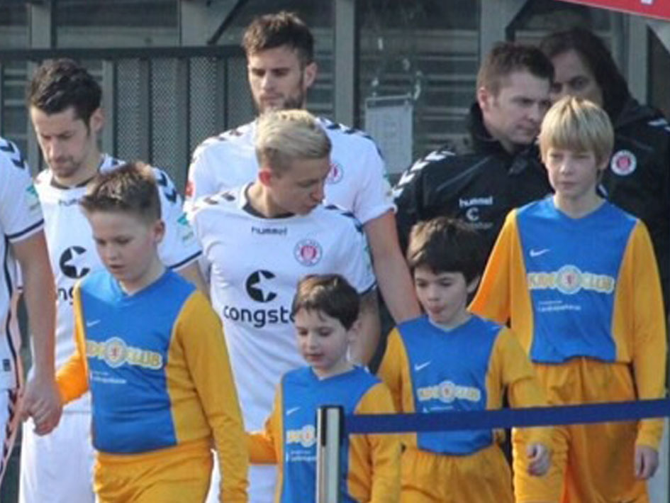 Eintracht Braunschweig - Kinder laufen mit ein