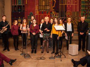 Christiane Redecke (Mitte) mit dem Popchor der Musikschule