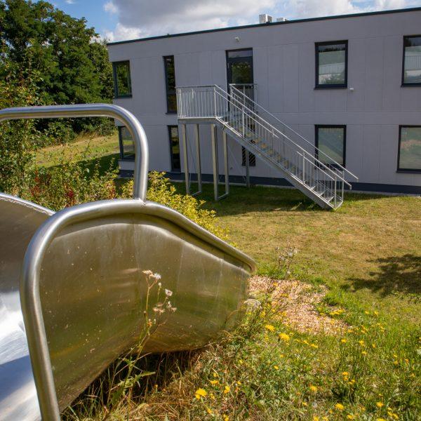 Rutsche mit Amalie-Löbbecke-Schule im Hintergrund