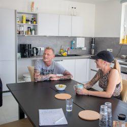 Betreuerinnen und Hauswirtschafter in der Besprechung